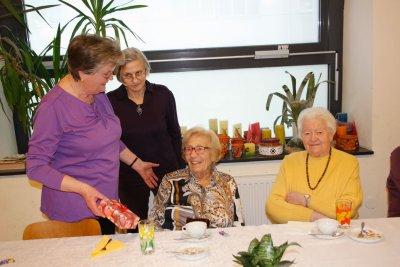 Vier fröhliche Frau beim Pensionistenklub