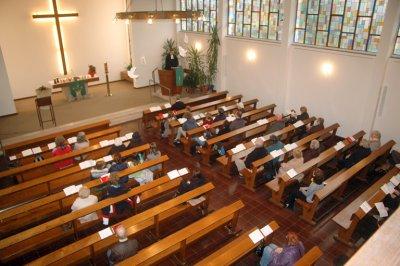 Bild von der Empore in den Kirchenraum während eines Gottesdienstes