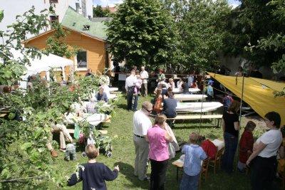 Menschen feiernd im Garten