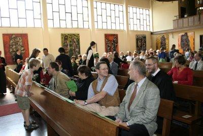 Die Gottesdienstgemeinde sitzt in der Kirche und wartet auf den Gottesdienst.